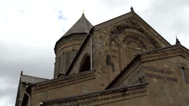 Swetizchoweli-Kathedrale ist umgeben von Stadtmauer aus Stein und Ziegel. Mzcheta, Georgia – Video