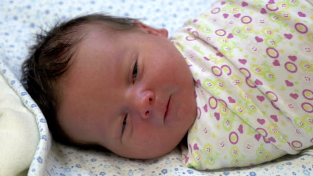 vidéos et rushes de bébé nouveau-né emmailloté - emballé