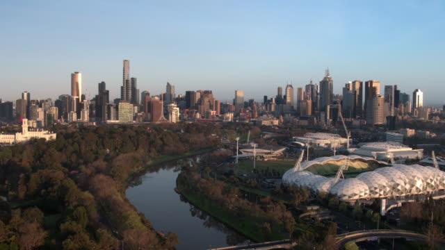 白鳥ストリート ブリッジ、スポーツ境内、メルボルン、ビクトリア、オーストラリア - オーストラリア メルボルン点の映像素材/bロール