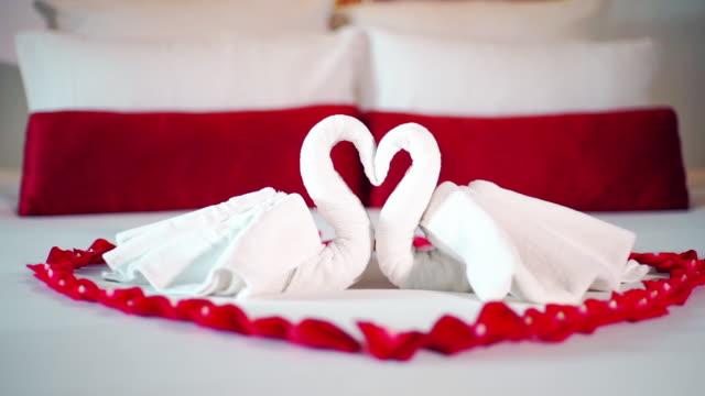 schwan handtuch dekoration auf dem bett für liebhaber im schlafzimmer interieur - schwan stock-videos und b-roll-filmmaterial
