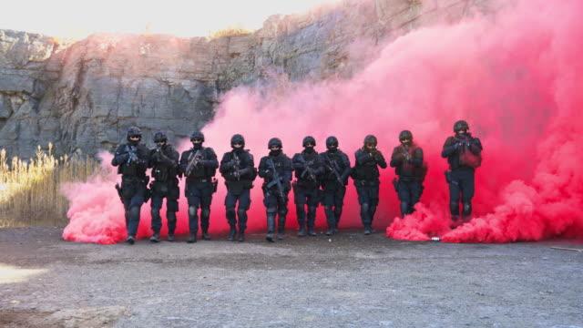vidéos et rushes de agents de police swat tir avec arme à feu - uniforme