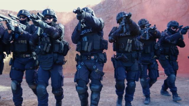 agenti di polizia swat sparano con arma da fuoco - polizia video stock e b–roll