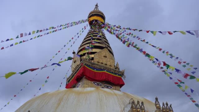 swayambhunath veya monkey tapınağı katmandu, nepal'de bir tepenin üzerinde eski bir dini mimari - stupa stok videoları ve detay görüntü çekimi