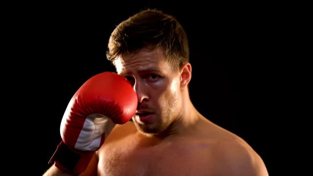 vídeos y material grabado en eventos de stock de boxeador masculino sudoroso apenas respira después de un entrenamiento agotado, deporte profesional - puñetazo