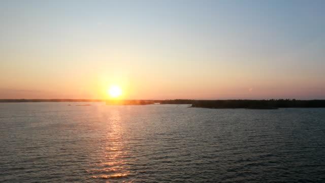 vídeos de stock e filmes b-roll de sweden. beautiful seascape in sunset sunrise time. sun sunshine above rocky islands archipelago. sunny summer evening - arquipélago