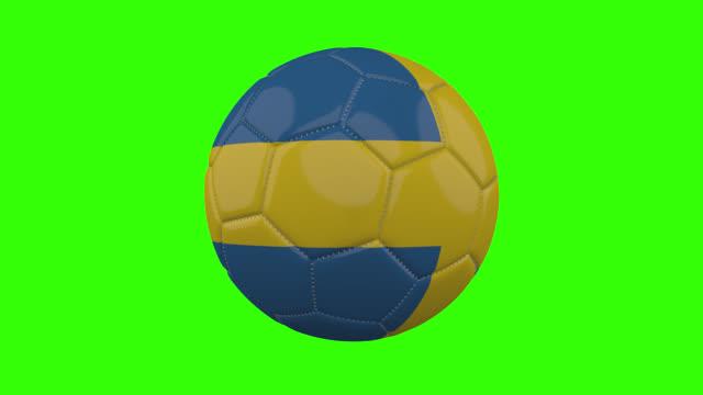 vídeos de stock, filmes e b-roll de bandeira da suécia na bola gira em fundo alfa verde transparente, loop - futebol internacional