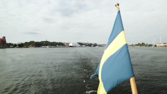 sverige flagga vinkar i vinden på fartyget akter aktermat flaggstång segling i stockholms centrum hamn - summer sweden bildbanksvideor och videomaterial från bakom kulisserna