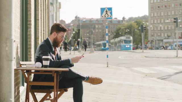 En svensk affärsman tar en paus på ett kafé video