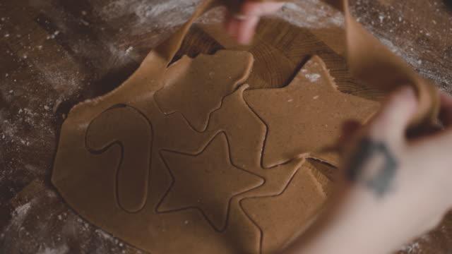 svensk kvinna baka pepparkakor till jul - pepparkaka bildbanksvideor och videomaterial från bakom kulisserna