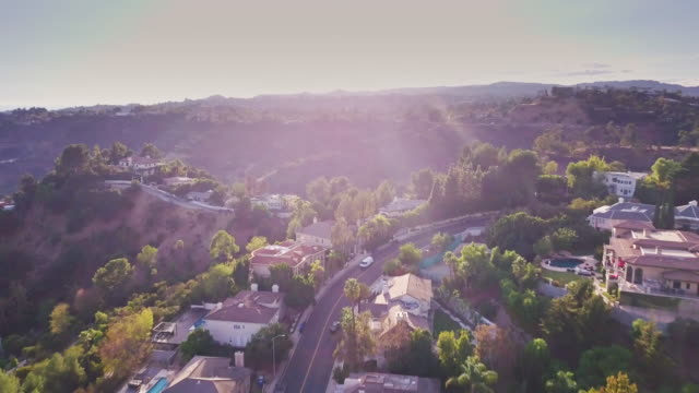 sweeping drone shot of beverly hills residential area - los angeles стоковые видео и кадры b-roll