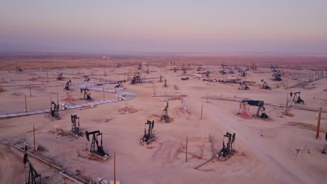 Sweeping Drone Shot of Midway-Sunset Oil Field, Kern County, California видео