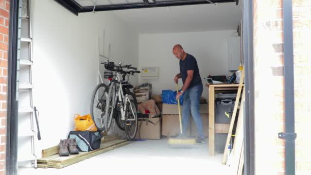 fegen der garage clean - garage stock-videos und b-roll-filmmaterial