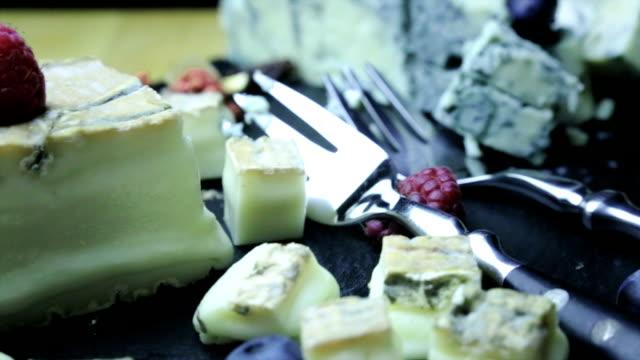 süße appetithäppchen, obst und käse - brie stock-videos und b-roll-filmmaterial