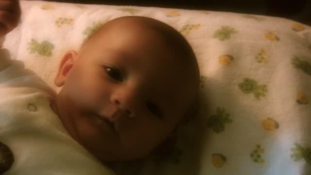 dolce bambino - solo neonati maschi video stock e b–roll