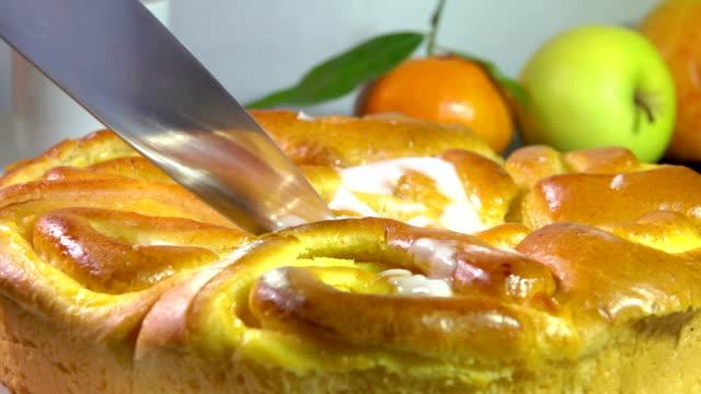 bir bıçak ile kesmek fransız kremalı rulo tatlı pişmiş - muhallebi stok videoları ve detay görüntü çekimi