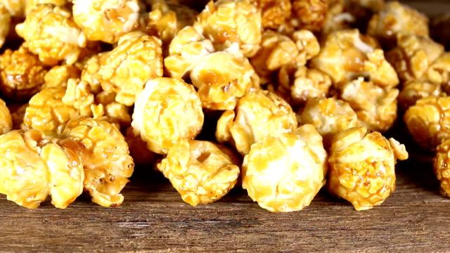 vídeos de stock, filmes e b-roll de pipoca de caramelo doce. - balde pipoca