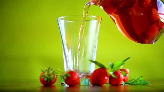 vídeos de stock e filmes b-roll de sweet compote of ripe red strawberries in a glass decanter - limonada tradicional