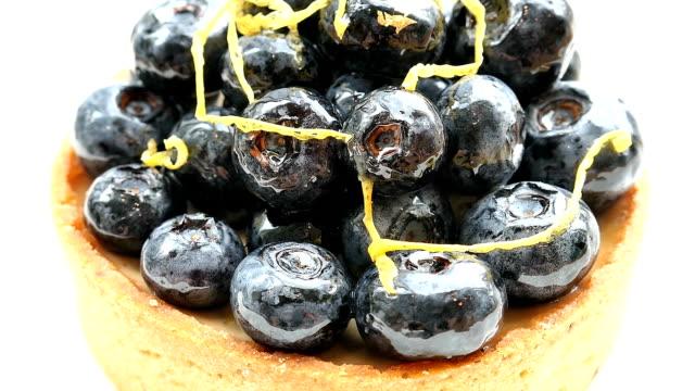 söta dessert med blueberry tart i vit platta - vaniljsås bildbanksvideor och videomaterial från bakom kulisserna