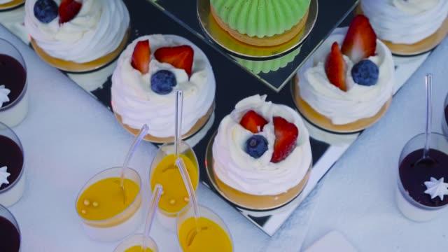 tatlı gıda kek - ordövr stok videoları ve detay görüntü çekimi