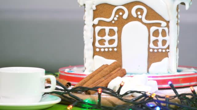 süße lebkuchenhaus mit bunte girlande - lebkuchenhaus stock-videos und b-roll-filmmaterial