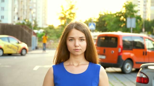 vídeos y material grabado en eventos de stock de una chica dulce cerca del coche, vídeo hd completo - ojo morado