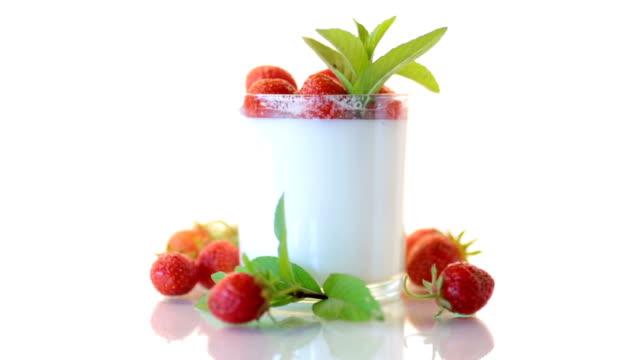 süßer hausgemachter joghurt mit frischen reifen erdbeeren - quark stock-videos und b-roll-filmmaterial