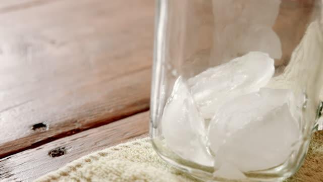 tè freddo dolce versato in barattolo di mason su tavolo di legno - dolci video stock e b–roll