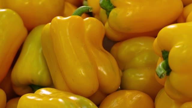 vídeos de stock e filmes b-roll de sweet pepper on the counter in the supermarket. move shot - paprica