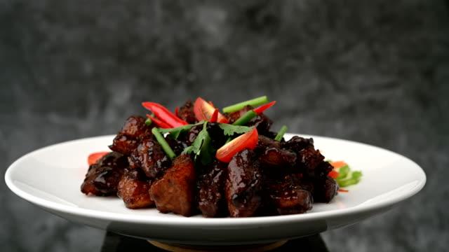 vídeos de stock, filmes e b-roll de doce cozido porco tailandês comida de porco doce refeição de porco com alto teor de gordura e delicioso vídeo 4k - comida salgada