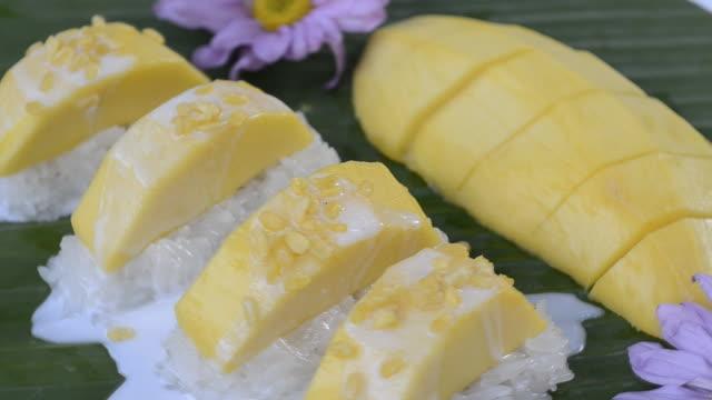 słodki lepki ryż z mango tajskich deserów hd - tajska kuchnia filmów i materiałów b-roll