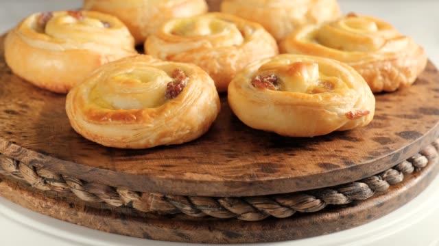 söta virvelbullar med russin till frukost - dansk kultur bildbanksvideor och videomaterial från bakom kulisserna