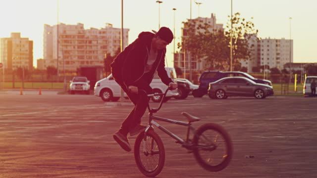 süße tricks bei sonnenuntergang - stunt stock-videos und b-roll-filmmaterial