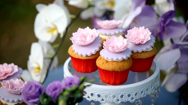 sött bröllop kaka som görs från cupcake. - cupcake bildbanksvideor och videomaterial från bakom kulisserna