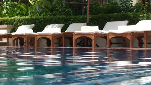 swimingpool - sun chair stock-videos und b-roll-filmmaterial