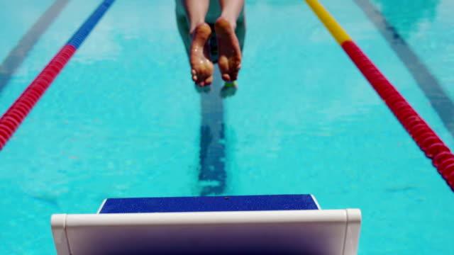 水泳、ダイビングからブロックスローモーションで - 筋肉質点の映像素材/bロール