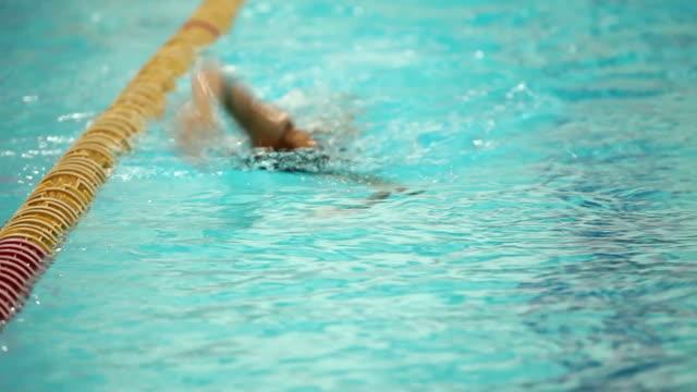 vídeos de stock e filmes b-roll de swimmer moving to the camera style crawl - swim arms