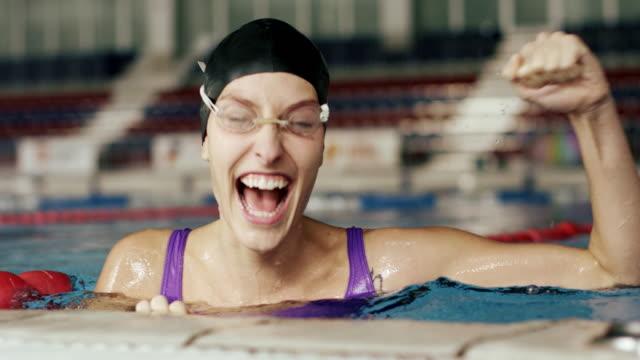 stockvideo's en b-roll-footage met zwemmer - winnen