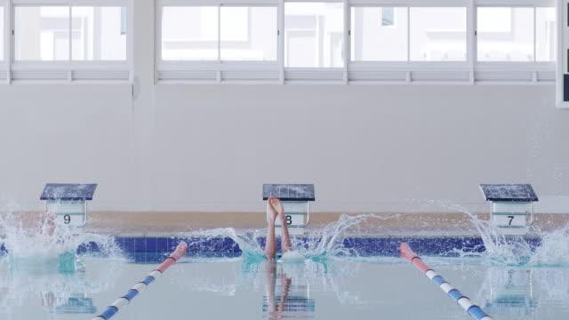 vidéos et rushes de nageurs plongeant dans la piscine - starting block