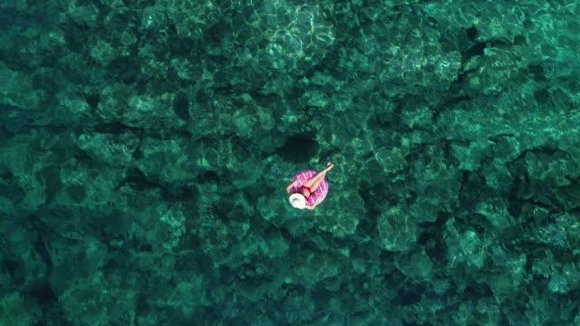 vídeos de stock e filmes b-roll de swimming in clear turquoise sea - azul turquesa