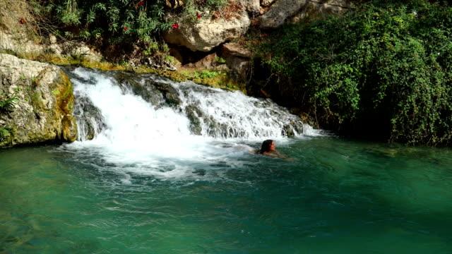 vidéos et rushes de nager dans des sources chaudes - baptême