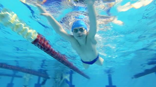 stockvideo's en b-roll-footage met zwemmen in waterpool - competitie