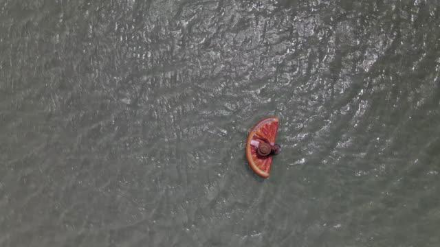 schwimmen auf dem meer - strand pattaya stock-videos und b-roll-filmmaterial