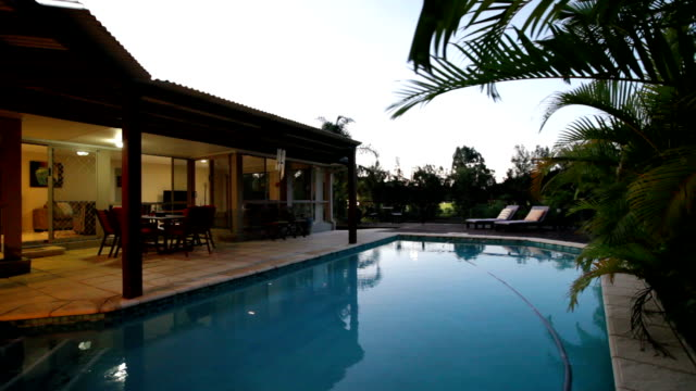 vídeos y material grabado en eventos de stock de piscina al atardecer - backyard pool