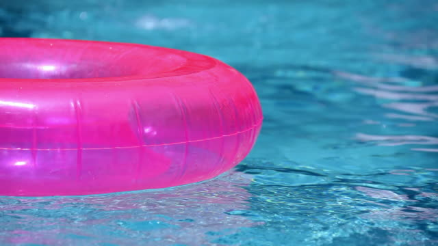 Swimmingpool schwimmen und Ball – Video