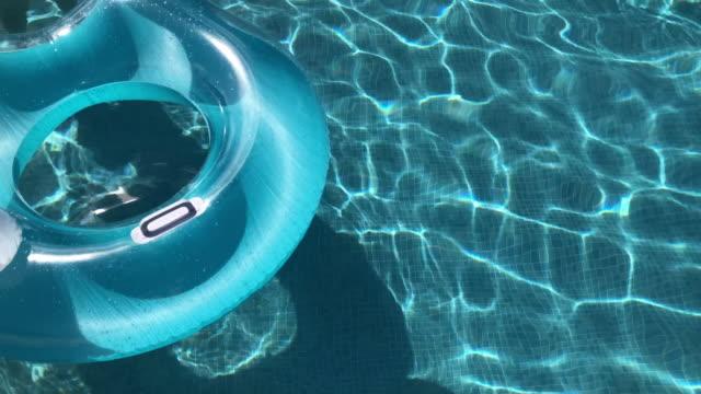 vídeos de stock, filmes e b-roll de piscina flutua na piscina - inflável