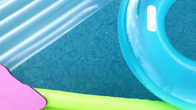 vídeos de stock e filmes b-roll de swimming pool floats on swimming pool - brinquedos na piscina