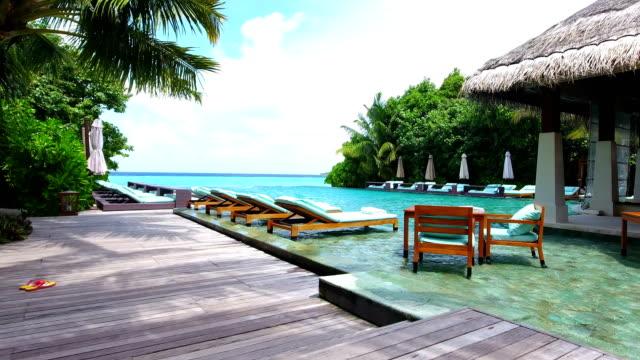 schwimmbad auf der insel ayada - sun chair stock-videos und b-roll-filmmaterial