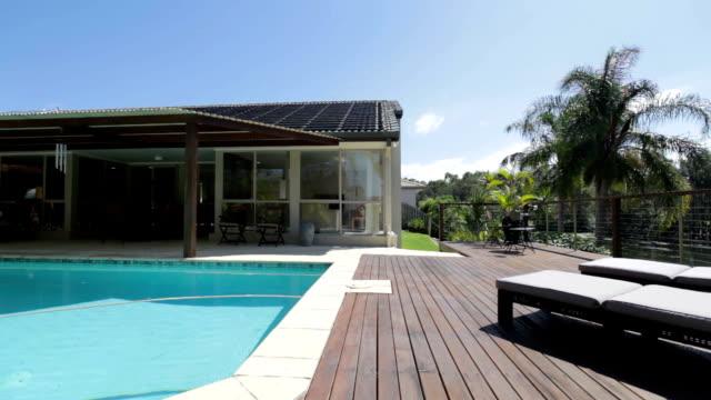 vídeos y material grabado en eventos de stock de piscina de casa con estilo. - backyard pool