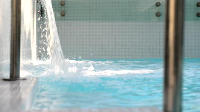 vídeos y material grabado en eventos de stock de piscina de hidromasaje de agua caída - tratamiento de spa