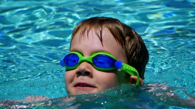 swimming pool - solo bambini maschi video stock e b–roll